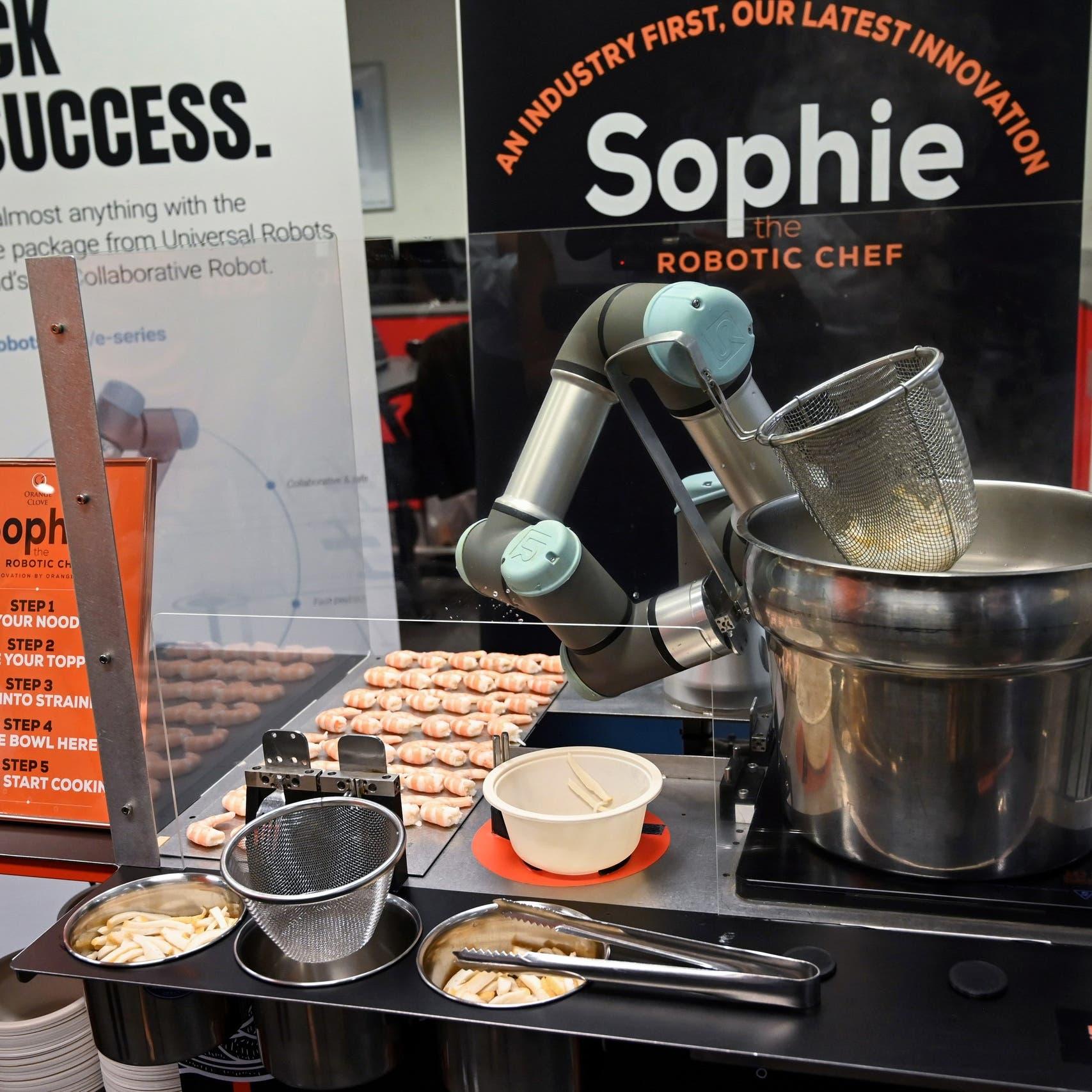 """فيديو.. الروبوت """"صوفي"""" يحضر أطباقاً تقليدية بـ45 ثانية"""