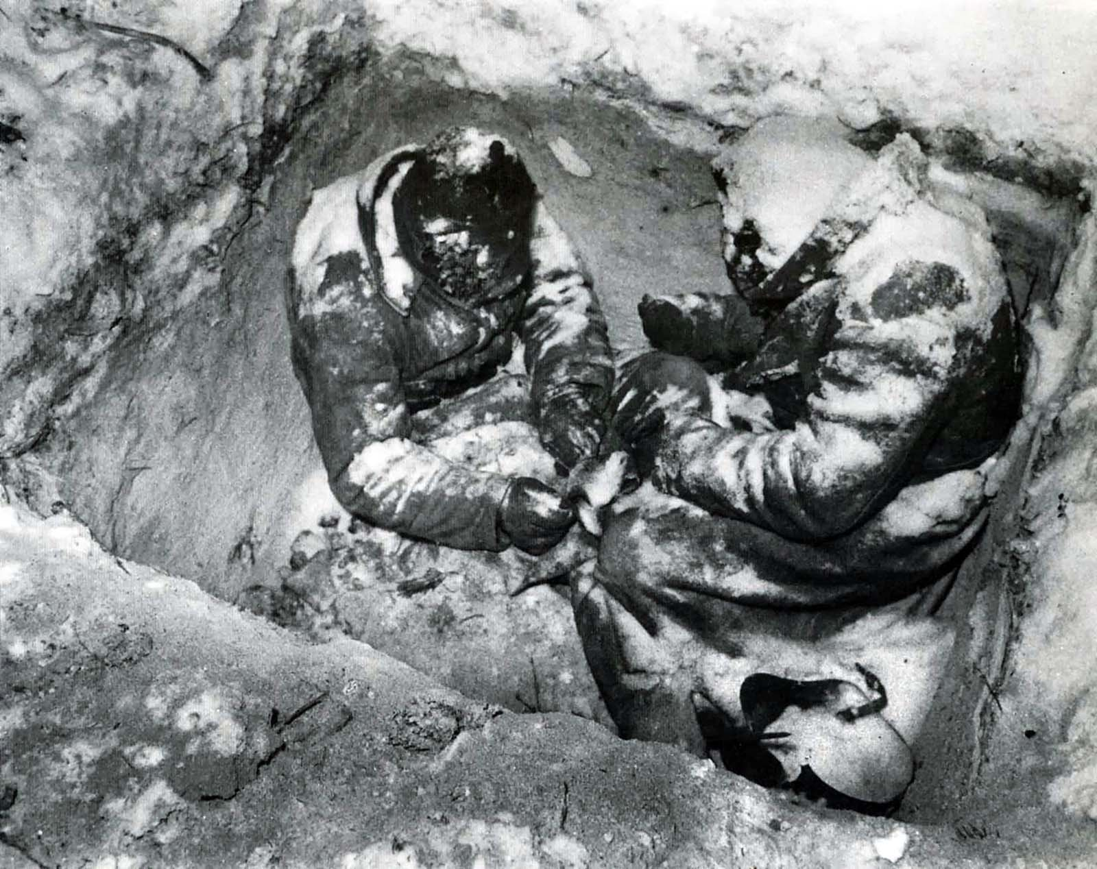 جنديان سوفيتيان تجمدا خلال حرب الشتاء