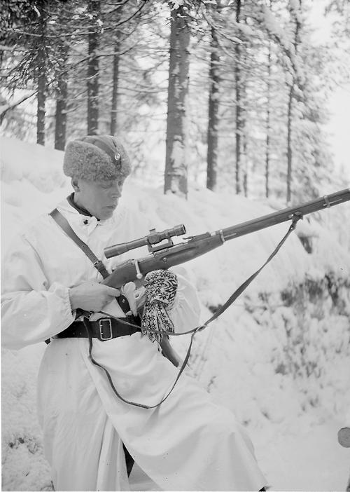 جندي فنلندي يحمل بندقية سوفيتية استولى عليها