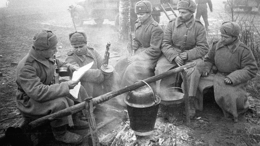 جنود سوفيت أثناء استعدادهم لتناول الطعام