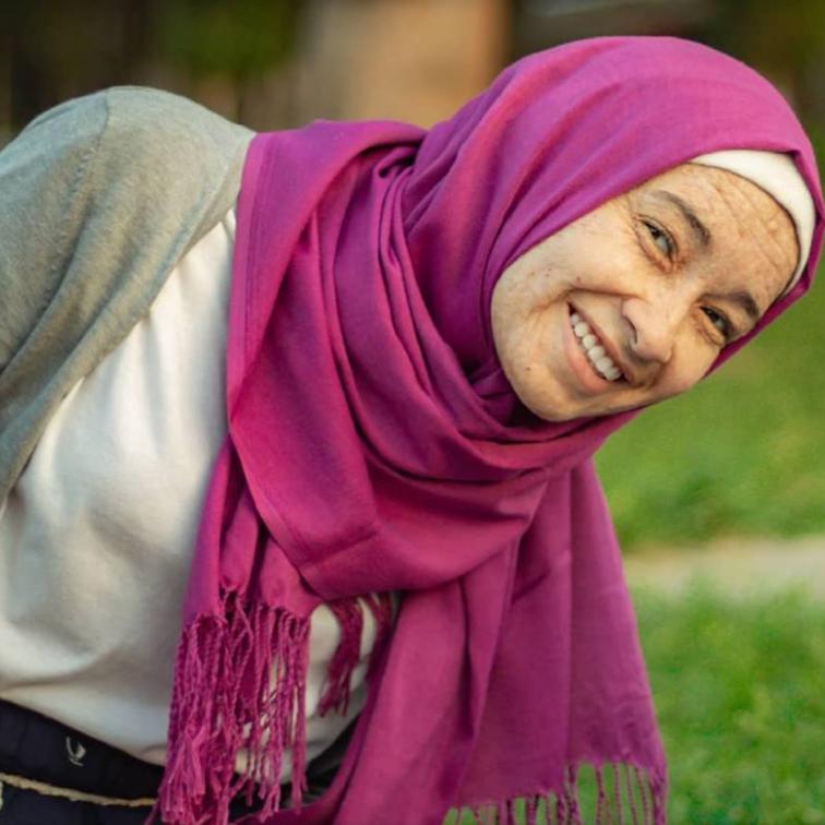 """السيسي يكرم فتاة الشيخوخة التي كشفت """"العربية.نت"""" قصتها"""
