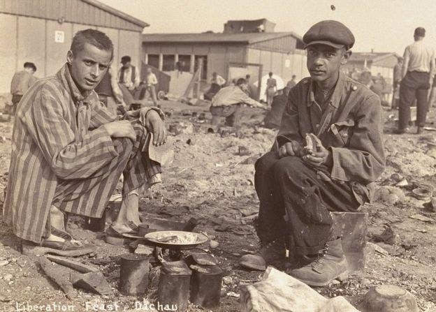 إلى يمين الصورة رجل أفريقي معتقل بمركز داشو النازي للإبادة