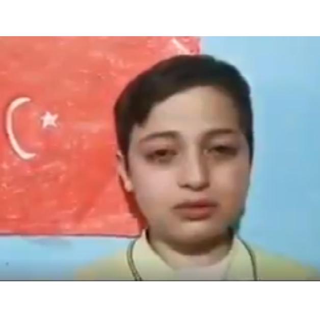 """فيديو.. دموع طفل سوري """"تشكو"""" الترحيل من إسطنبول"""