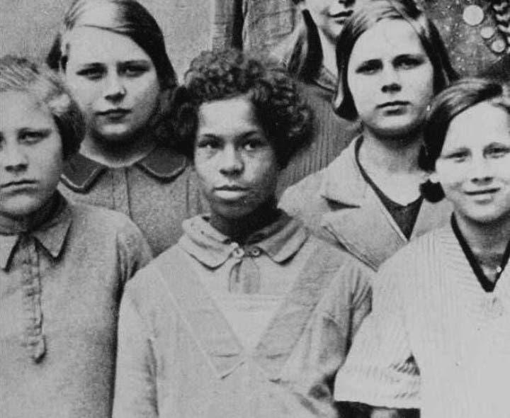 صورة استغلها النازيون لأغراض عنصرية لفتاة أفريقية برفقة فتيات ألمانيات بإحدى المدارس الألمانية