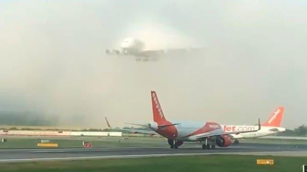 فيديو نادر لأكبر طائرة ركاب بالعالم.. شقّت الضباب وهبطت