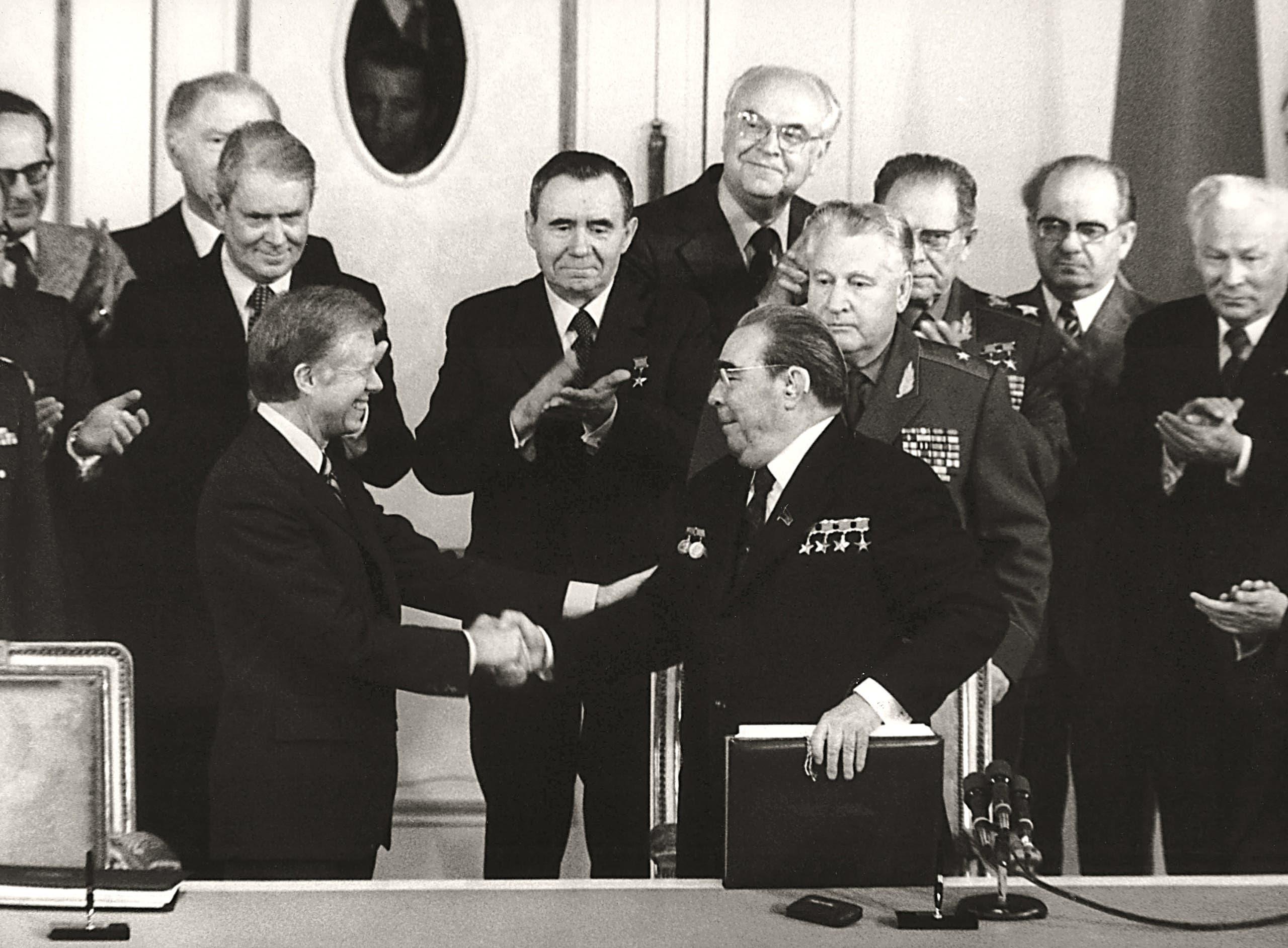 """توقيع معاهدة """"سالت 2"""" في يونيو 1979 بين ليونيد بريجنيف ودجيمي كارتر في النمسا"""