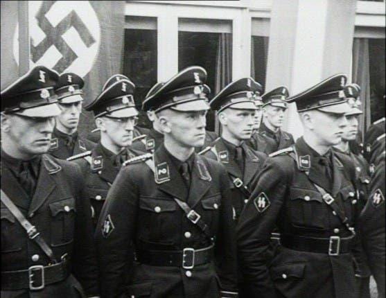 صورة لعدد من جنود فرق الأس أس الألمانية