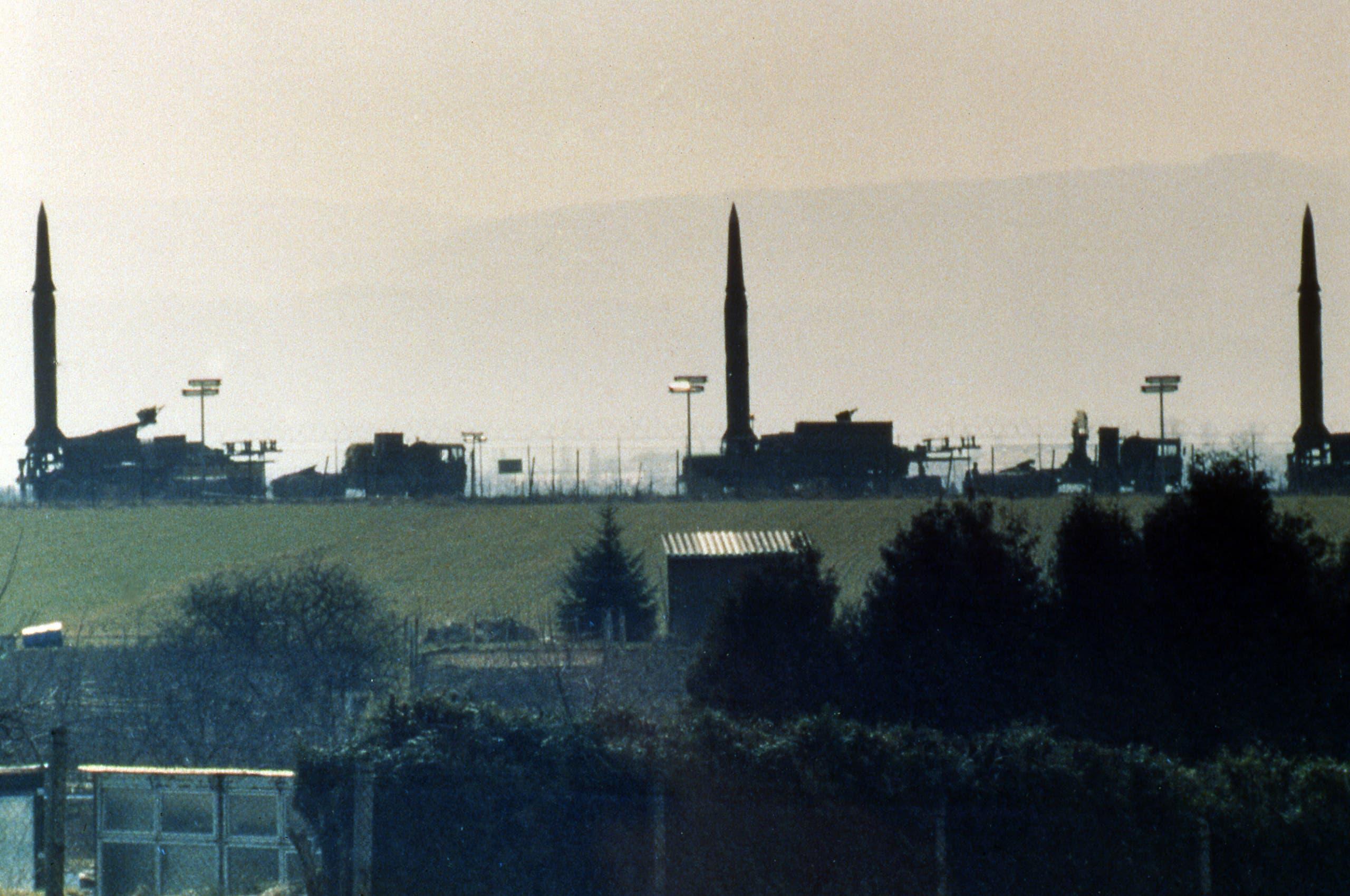 """صواريخمن طراز """" بيرشينغ 2""""  في قاعة عسكرية أميركية في المانيا الغربية"""