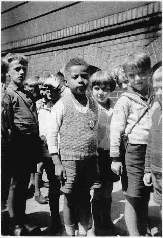 طفل من أصول أفريقية مع عدد من زملائه الألمان بإحدى المدارس الألمانية