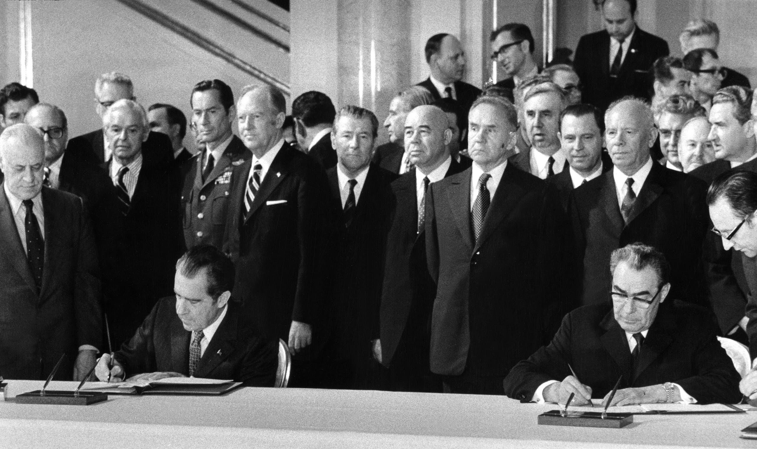 """توقيع معاهدة """"سالت"""" في مايو 1972 بين ليونيد بريجنيف وريتشارد نيكسون في موسكو"""