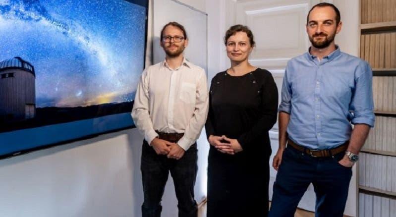 العالمة الفلكية دوروتا، وإلى يسارها زميلها بزيمك مروز، كما وفلكي ثالث من الفريق العلمي