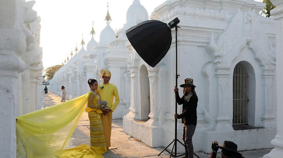 A couple poses for a wedding photo shoot at Kuthodaw Pagoda in Mandalay, Myanmar, March 29, 2019. (File photo: Reuters)