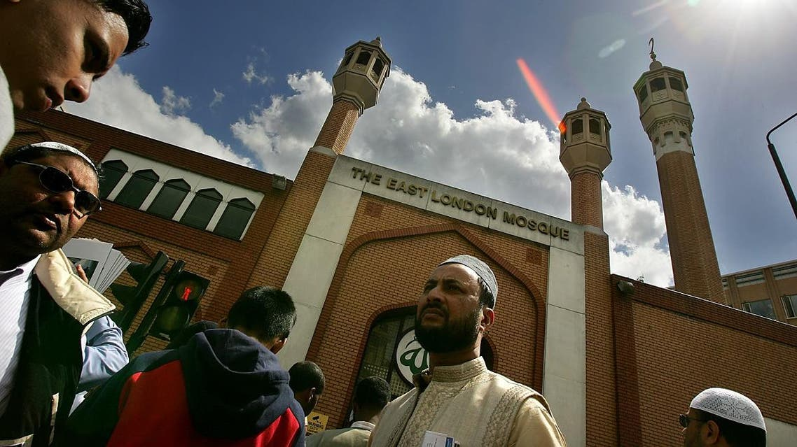 Muslim worshippers gather for Friday prayer on the streets outside the mosque of the Muslim centre in east London, 11 June 2004. (File photo: AFP)