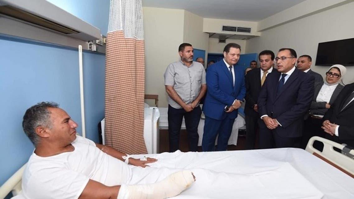 رئيس الوزراء يزور أحد المصابين