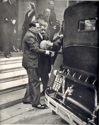 صورة لعملية نقل الرئيس بول دومير للمستشفى