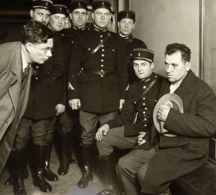 صورة لبول غورغولوف وهو في قبضة الشرطة الفرنسية