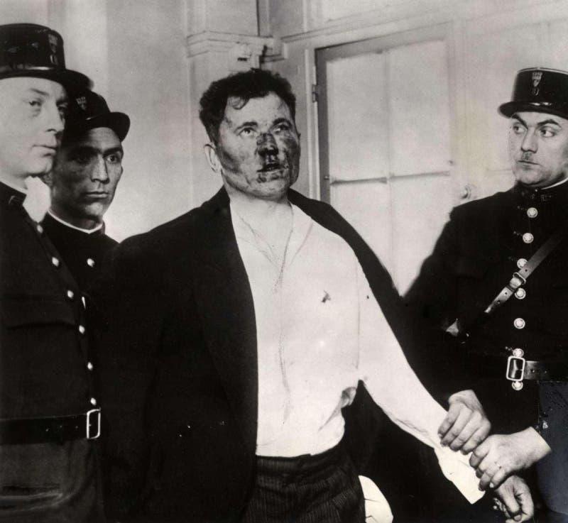 صورة لبول غورغولوف عقب تعنيفه من قبل الحاضرين بعد استهدافه للرئيس الفرنسي برصاصتين