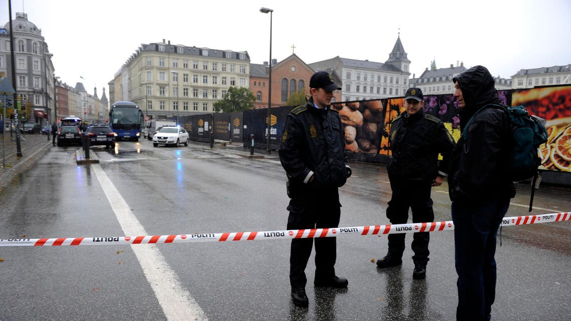 Police guard a cordon in central Copenhagen, Friday, Sept. 10, 2010, after it was suspected that the man tried to detonate a small bomb in Hotel Joergensen in central Copenhagen. (AP)