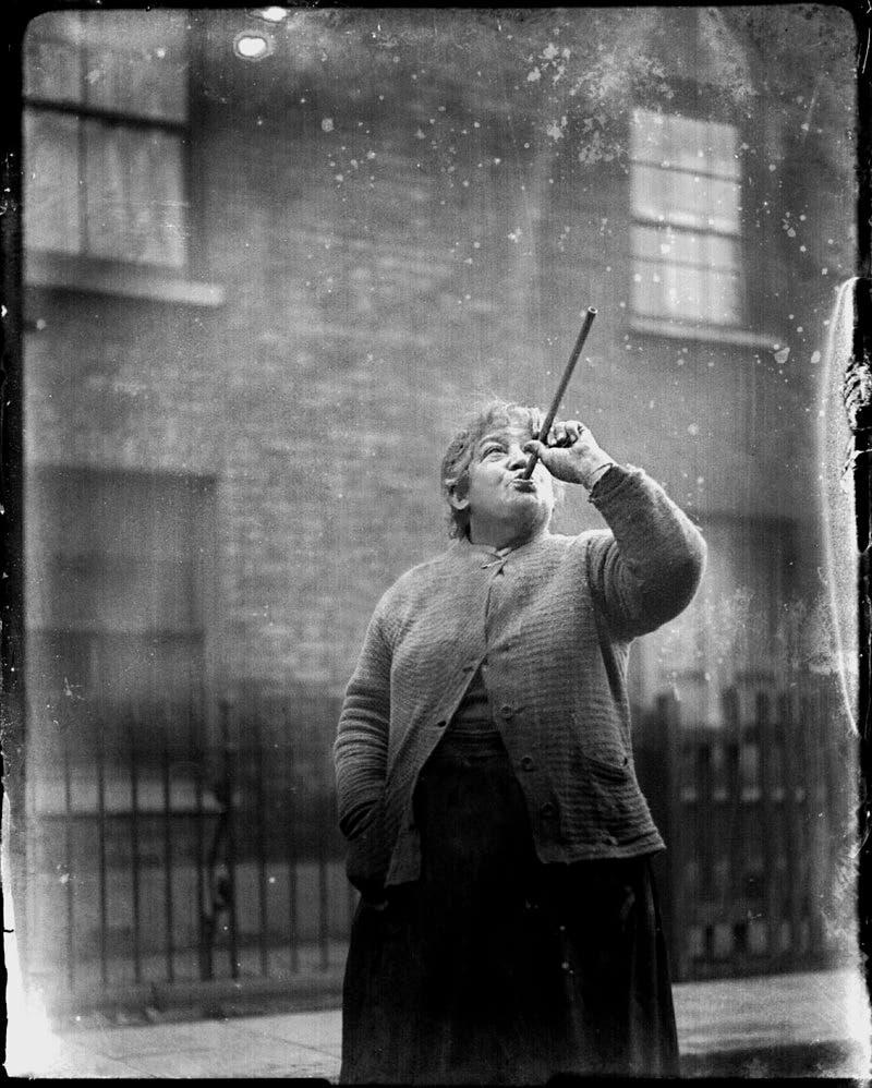 صورة لماري سميث التي امتهنت قرع نوافذ زبائنها لإيقاظهم مقابل 6 بنسات أسبوعياً