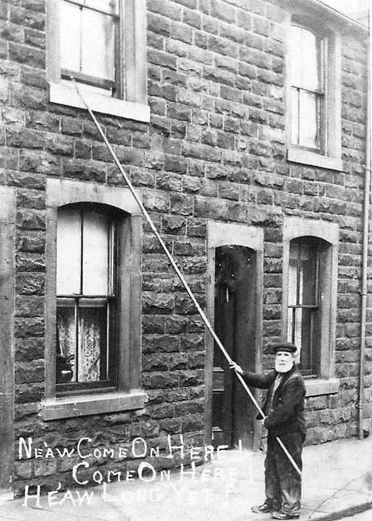 صورة لأحد قارعي النوافذ عام 1890