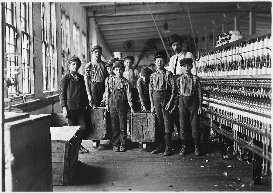 صورة لعمال أحد المصانع مطلع القرن العشرين
