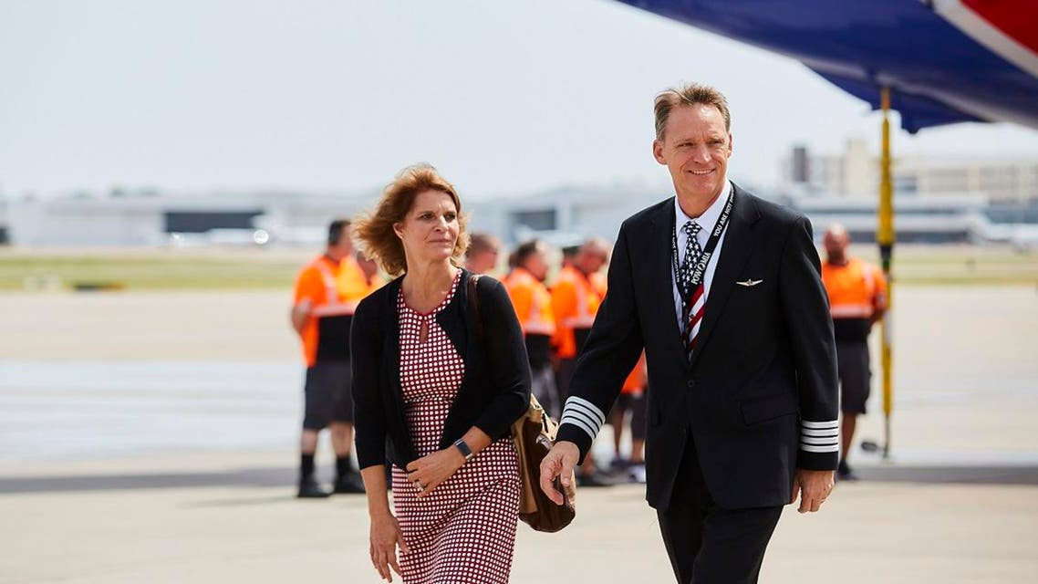 Southwest Airlines Captain Bryan Knight (R) on the tarmac after flying his father back home to Dallas on August 8, 2019, for the final time more than 50 years after he was killed in action during the Vietnam War in 1967. (AFP)
