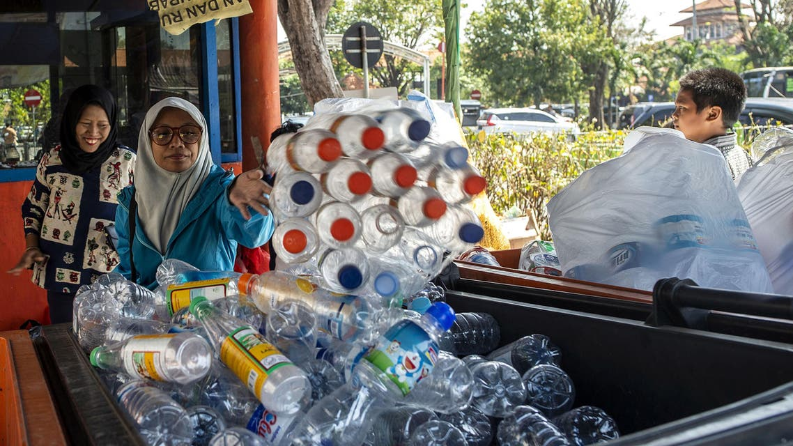 This picture taken on July 21, 2019 shows commuters exchanging plastic bottles for Suroboyo bus tickets at a terminal in the Indonesian city of Surabaya.(AFP)
