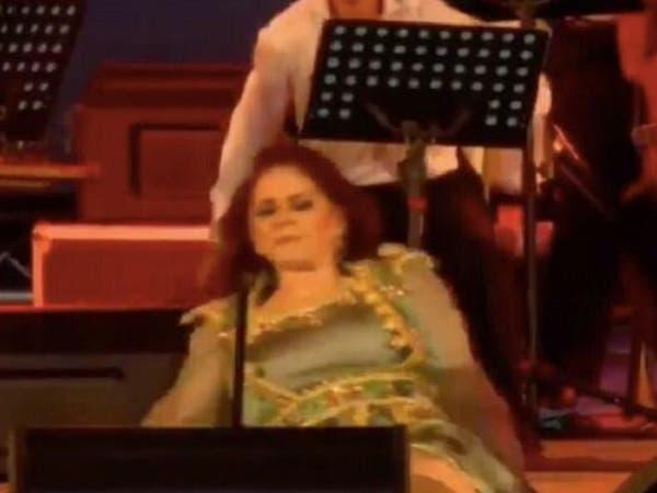 فيديو..الفنانة ميادة الحناوي تسقط على المسرح في تونس