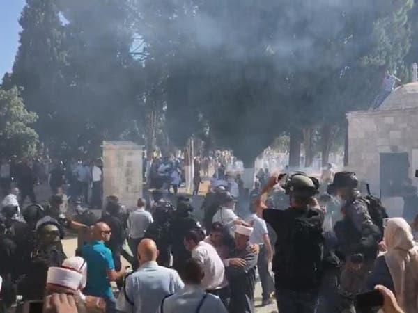 100 ألف مصلٍّ بالأقصى.. وفيديو لاقتحام إسرائيل المسجد