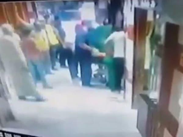 شاهد ما جرى لطبيب سوري يركض مذعوراً في مستشفى!