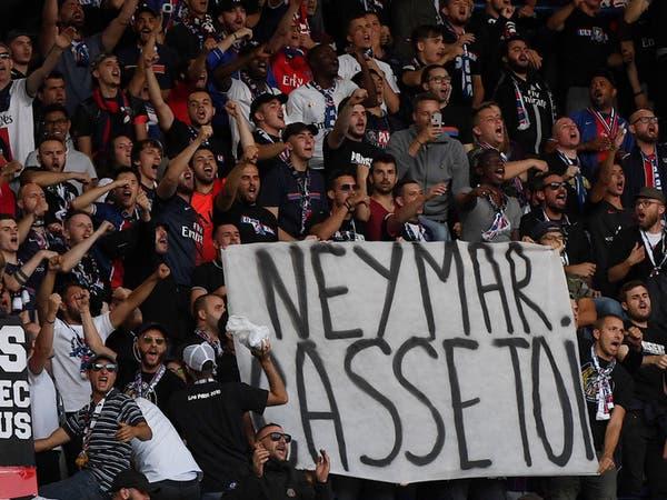 """غضب في مدرجات باريس.. لافتات و""""شتائم"""" ضد نيمار"""