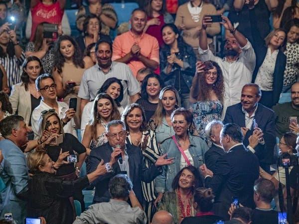 شاهد.. رئيس وزراء لبنان الأسبق يغني بمهرجان فني