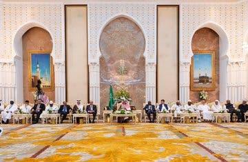 الملك سلمان خلال استقبال وفود الحج في منى - واس