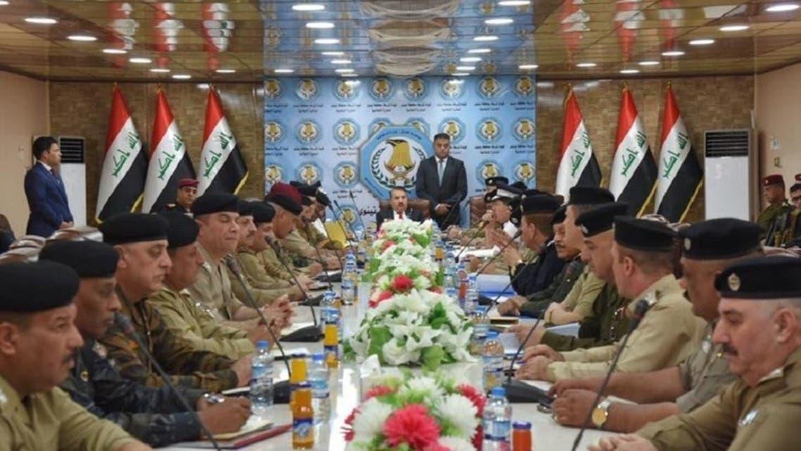 وزير الداخلية العراقي، ياسين طاهر الياسري، أثناء اجتماع مع محافظ نينوى وقادة أمنيين في مدينة الموصل