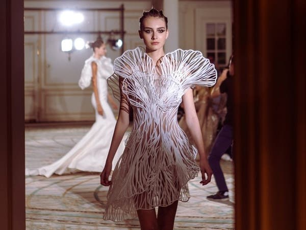 ثوب فاخر مصنوع من البلاستيك.. ما قصته؟