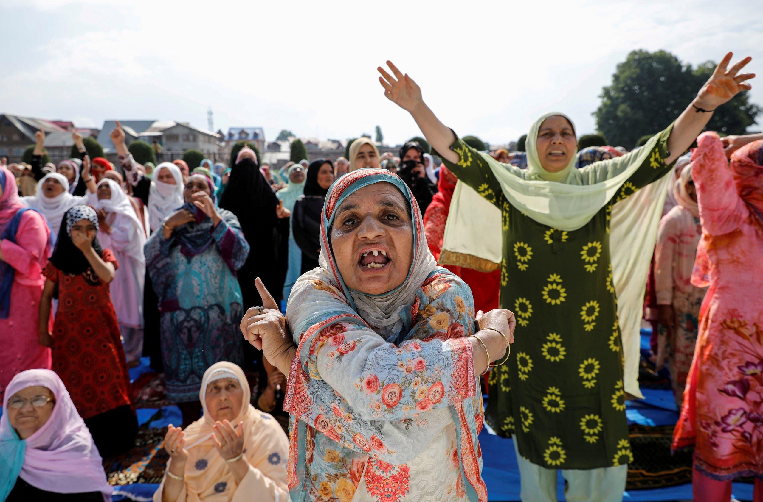 نساء من كشمير يعبرن عن احتجاجهن على القيود المفروضة من الهند