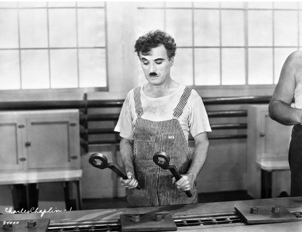 تشابلن أثناء أدائه لدوره بفيلم الأزمنة الحديثة عام 1936