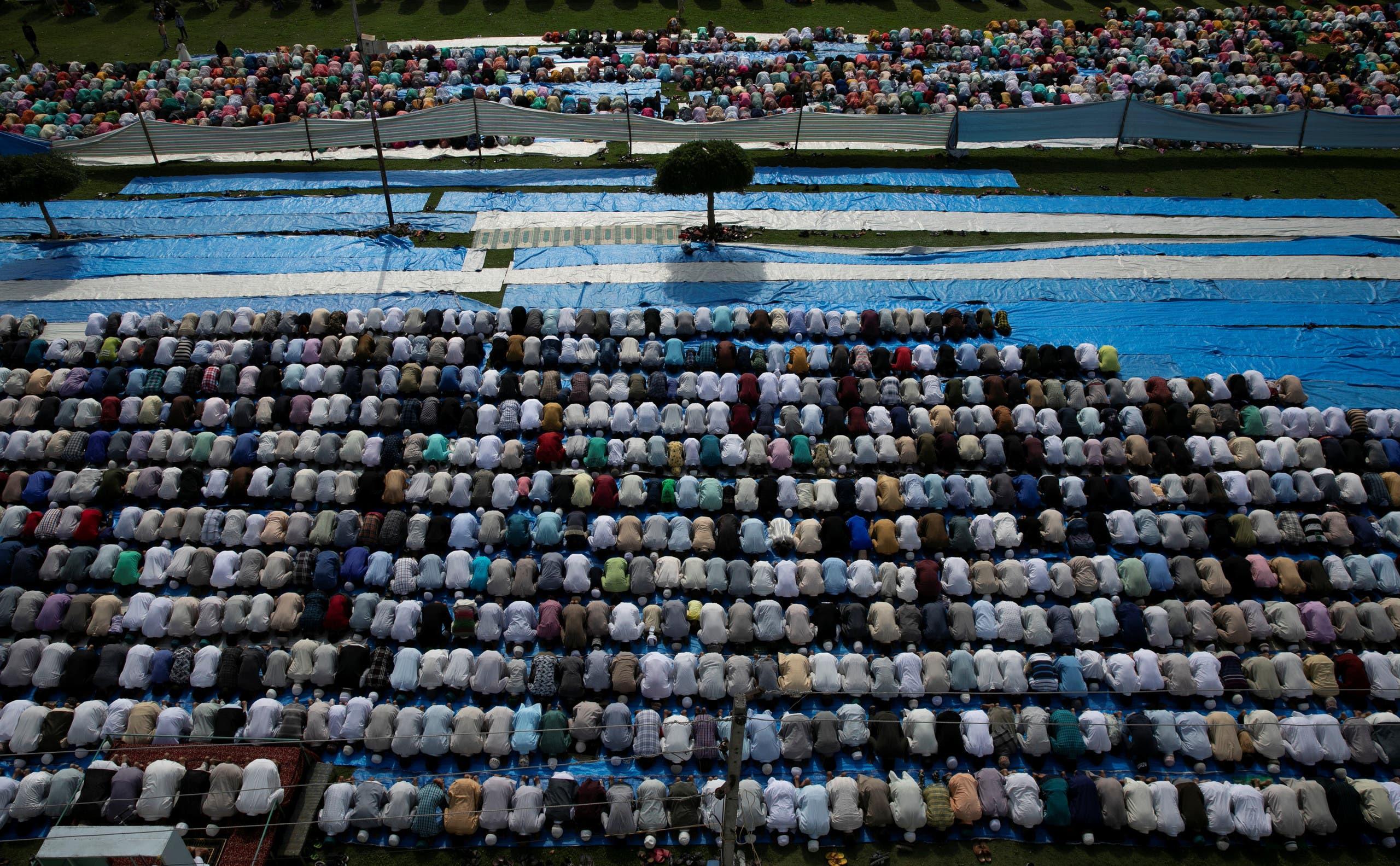 مصلون يؤدون صلاة العيد في سريناجار