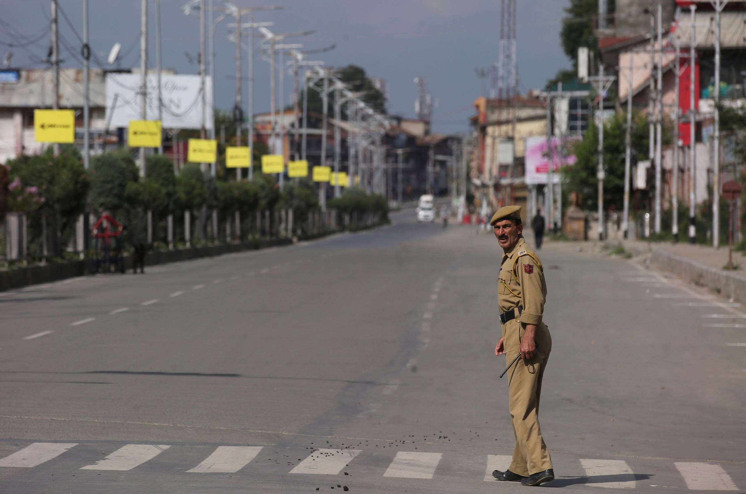 رجل أمن في شارع فارغ من مدينة سريناجار بكشمير