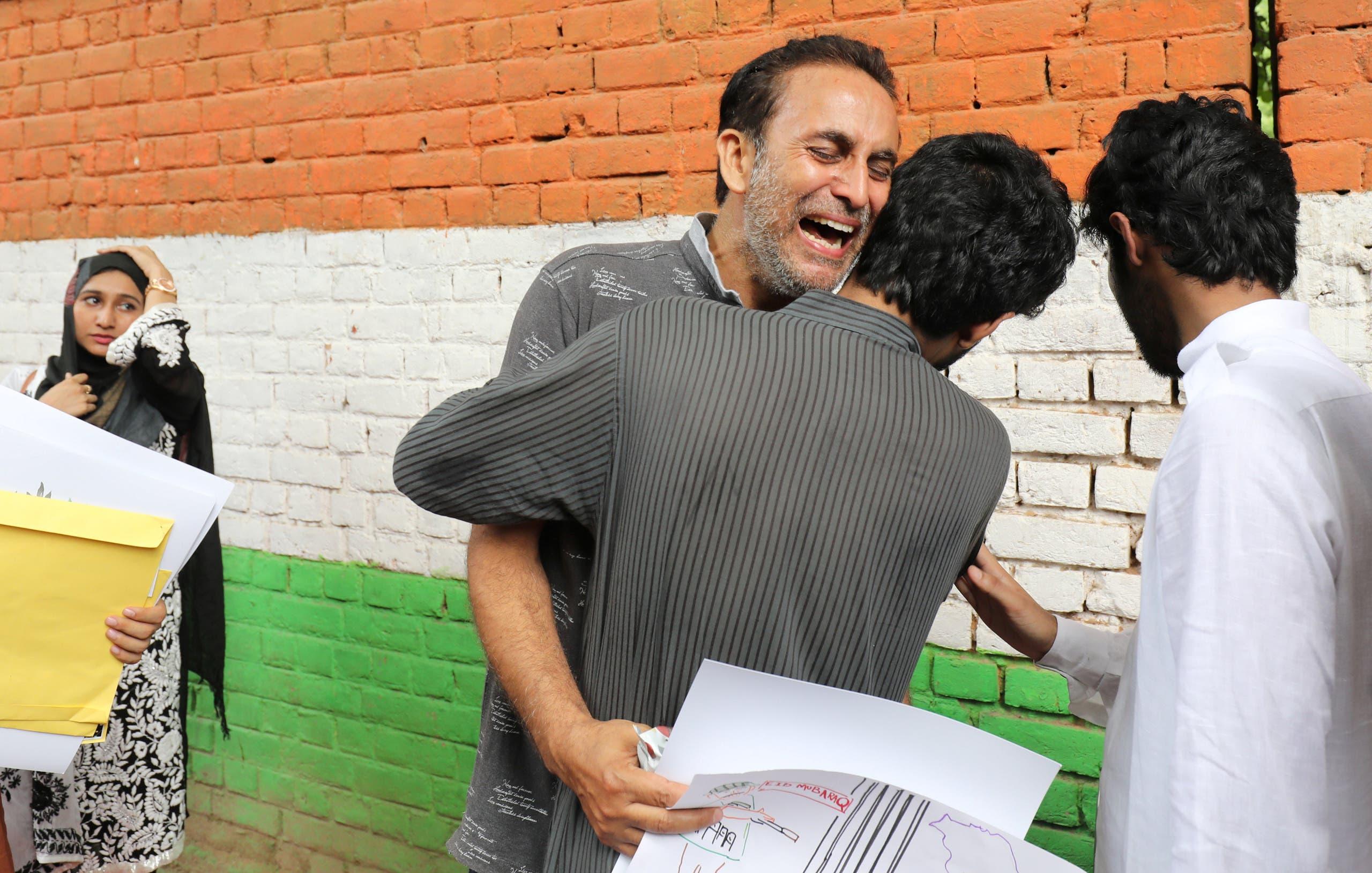 رجل من كشمير يبكي خلال تجمع في نيودلهي لسكان كشمير