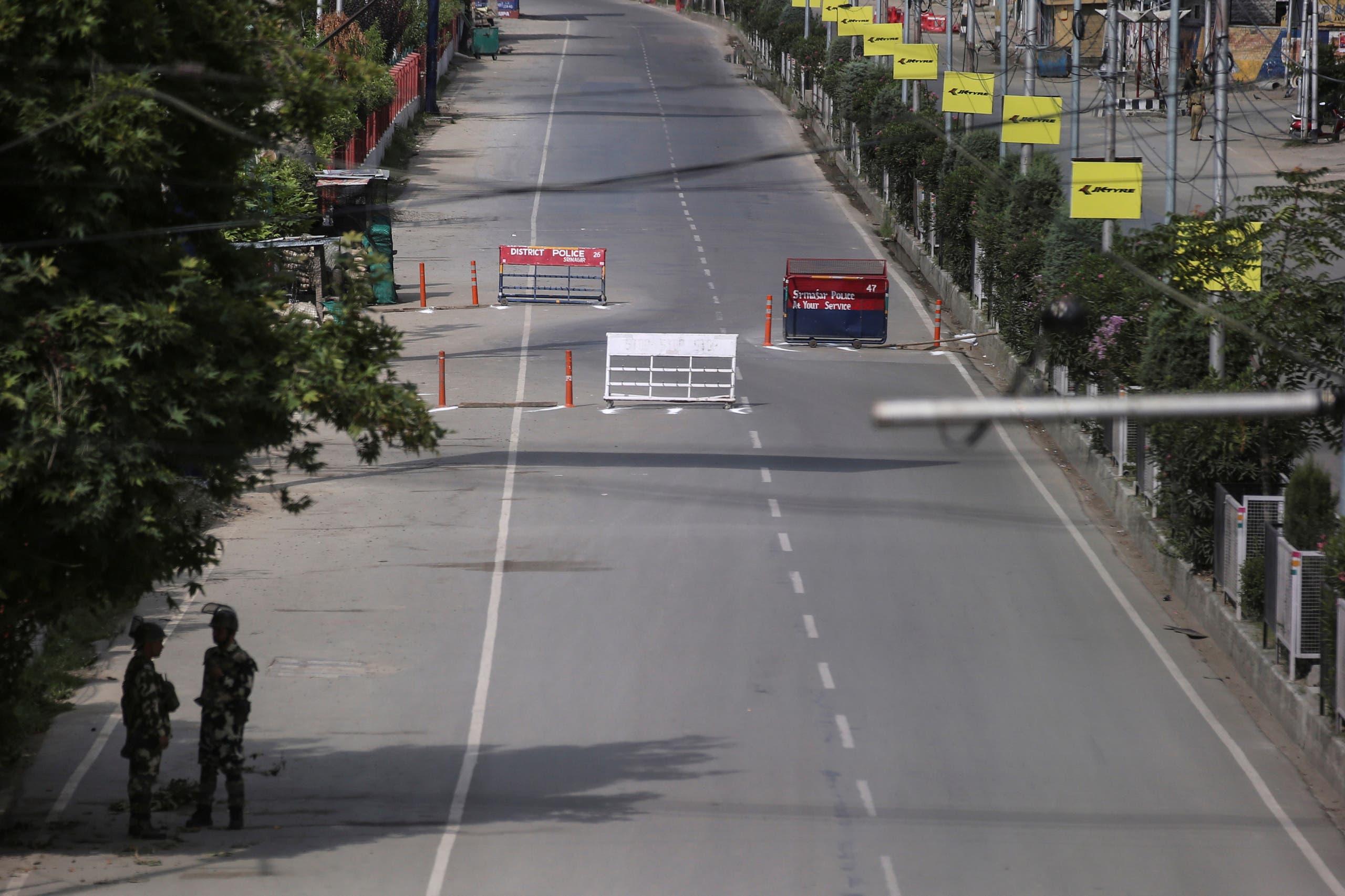 شارع فارغ وحواجز أمنية في أكبر مدن إقليم كشمير
