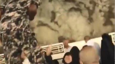 شاهد كيف رد رجل أمن سعودي على حاجة قدمت له هدية