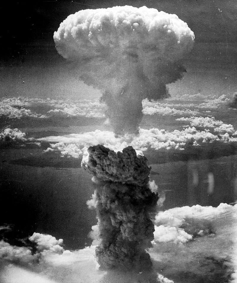صورة تجسد الفطر الدخاني الذي تصاعد عقب قصف ناغازاكي بالقنبلة الذرية