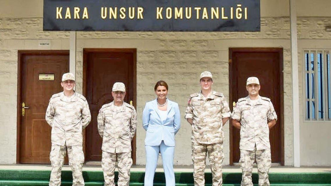 الصحافية التركية مع قادة عسكريين أتراك في قطر