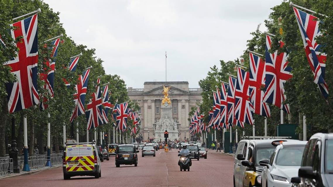 buckingham palace britain flag ap
