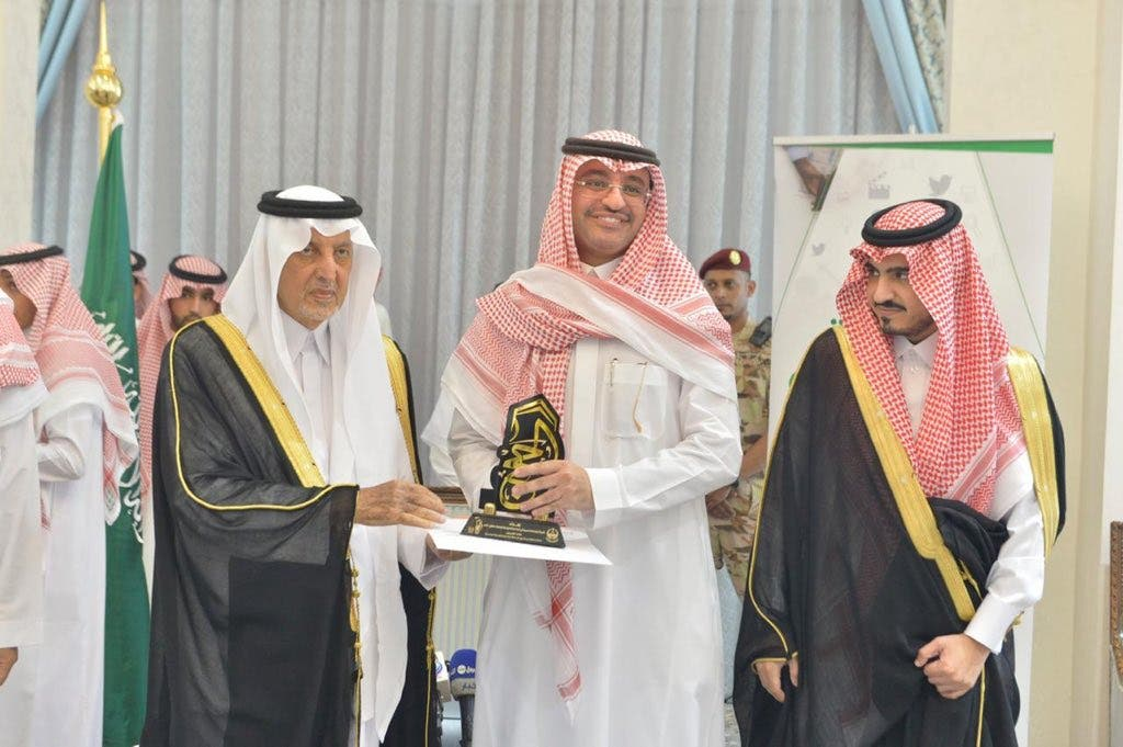 المغلوث يتسلم الجائزة من الأمير خالد الفيصل