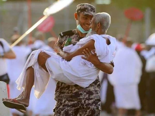 قصة رجل الأمن السعودي الذي حمل حاجاً مسناً وشغل الإعلام