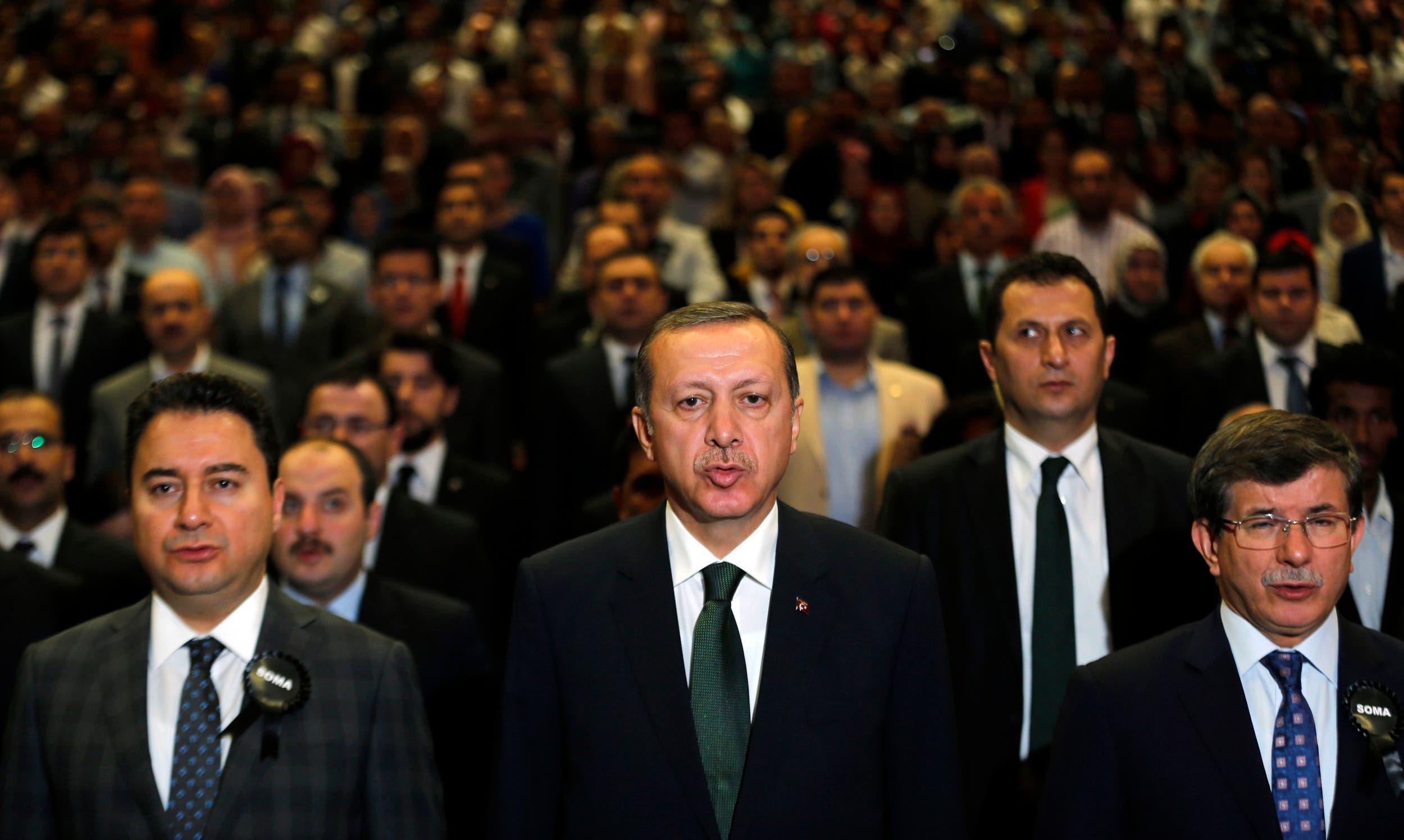 أردوغان يتوسط داود أوغلو (يمين)  وعلي باباجان