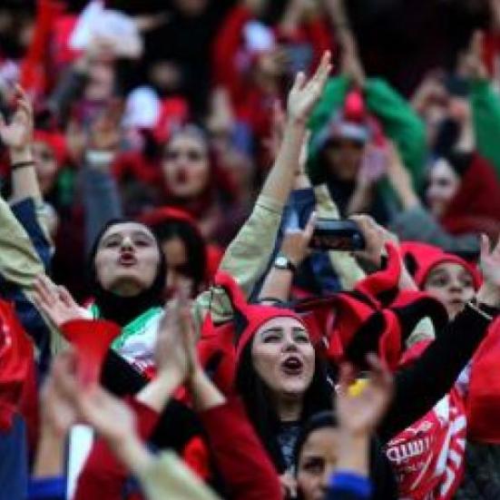السلطات الإيرانية تعتقل 6 ناشطات يطالبن بدخول النساء للملاعب