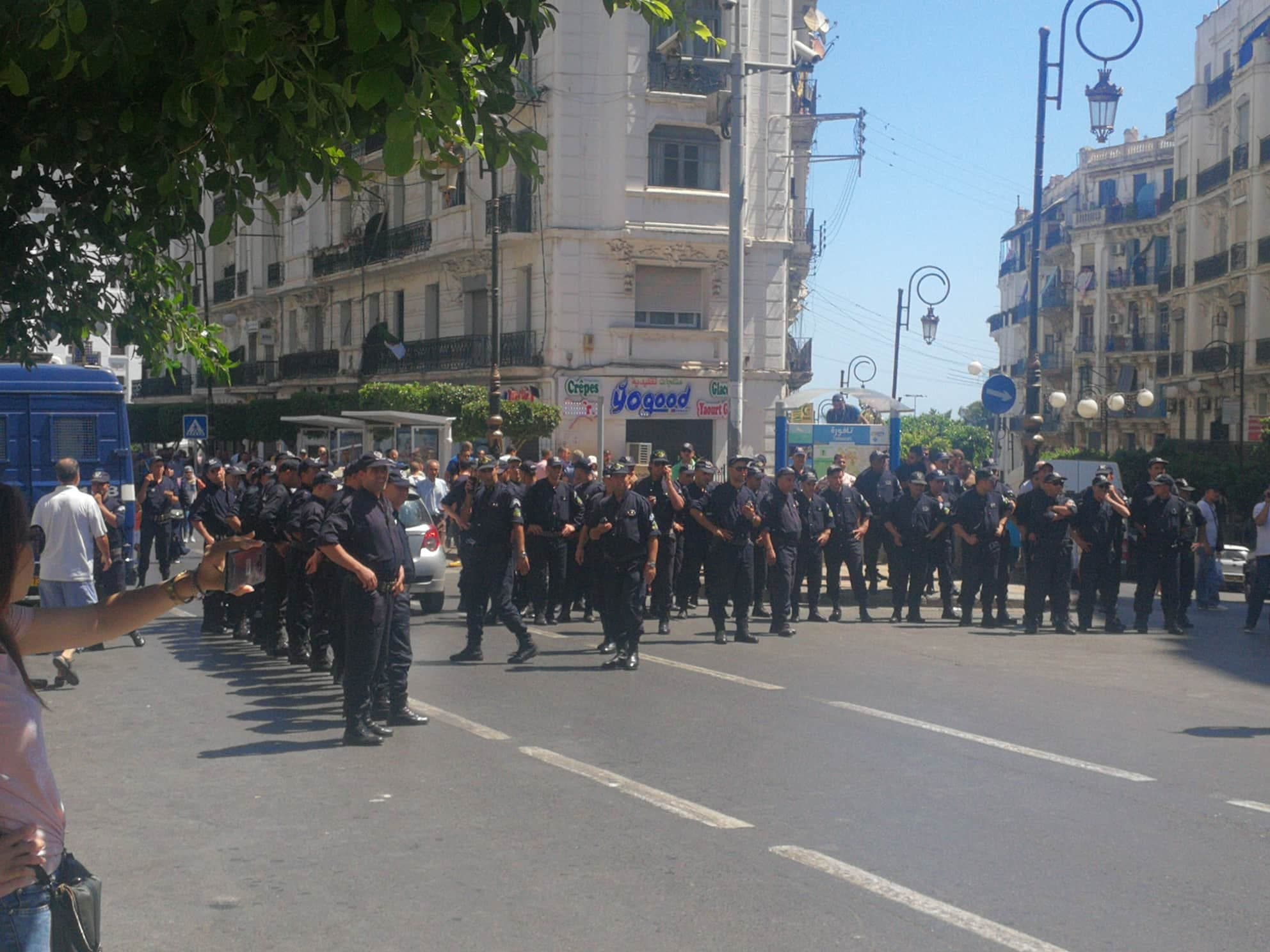 سد أمني لمنع المتظاهرين من السير نحو ساحة البريد المركزي